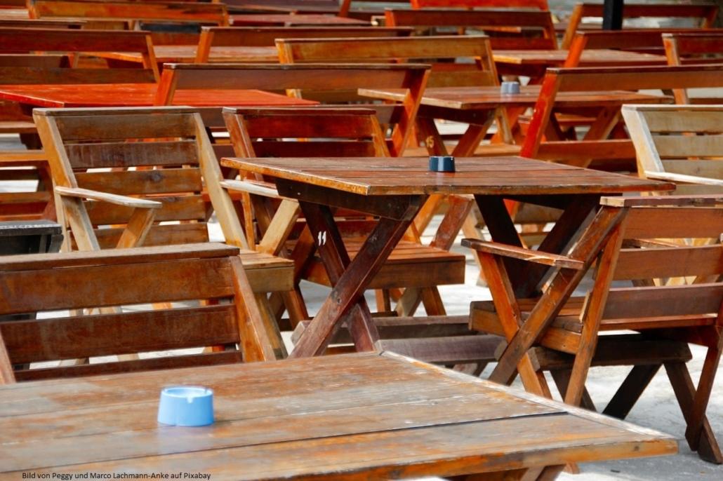 Holz-Gartenmöbel brauchen Pflege und müssen aufbereitet, renoviert werden